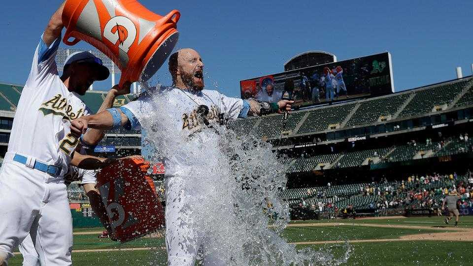 Jonathan Lucroy hits walk-off single in win