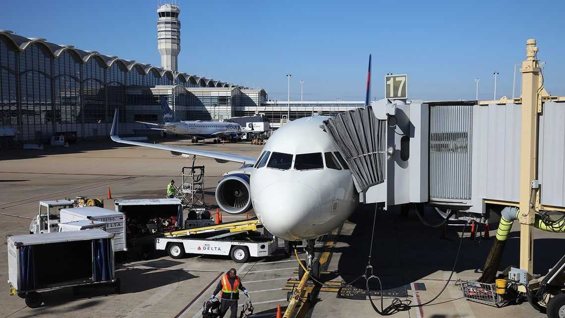 Air traffic controllers sue government over no pay during shutdown