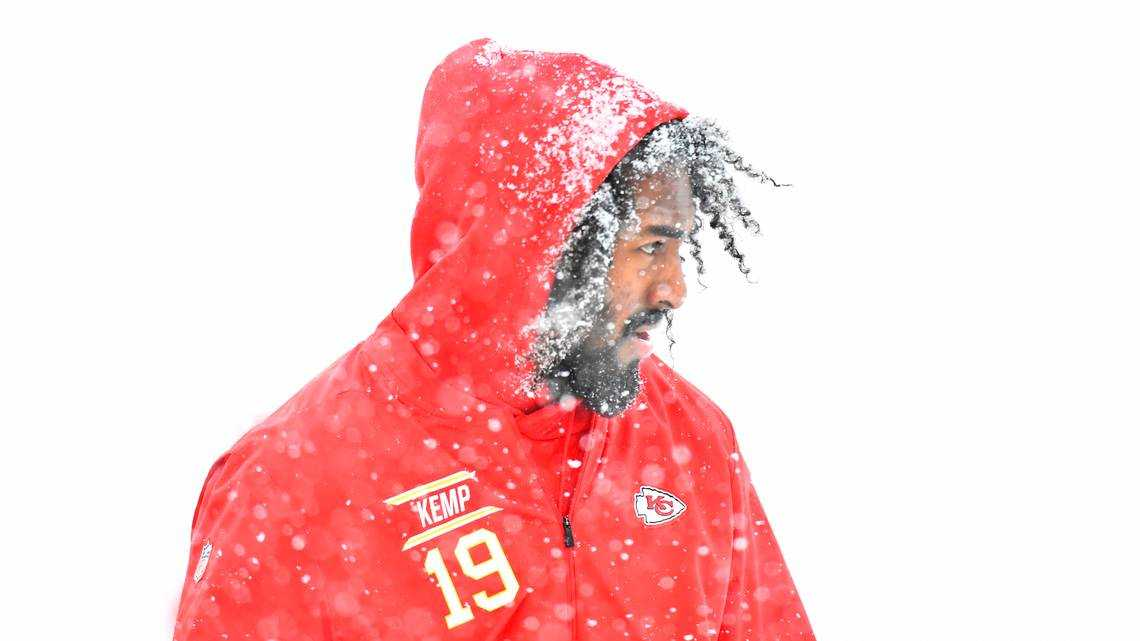 Chiefs' advantage vs. Colts shrinks with snow, according to Vegas oddsmakers