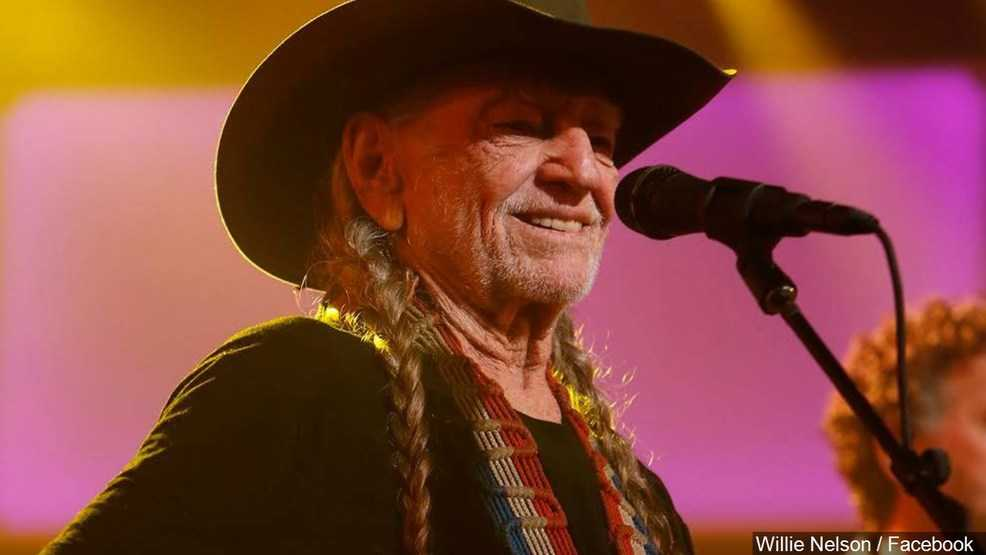 Willie Nelson, George Strait perform 1st ever duet together
