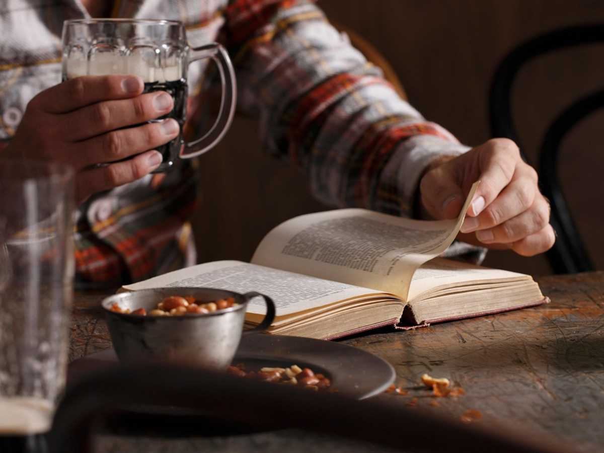 Why is reading in the pub so enjoyable? In praise of a very British pastime