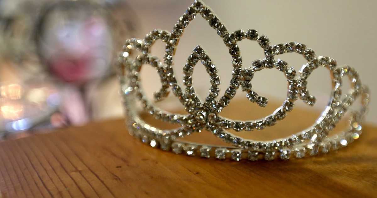 Thief steals crown of Ms. Wheelchair New Mexico