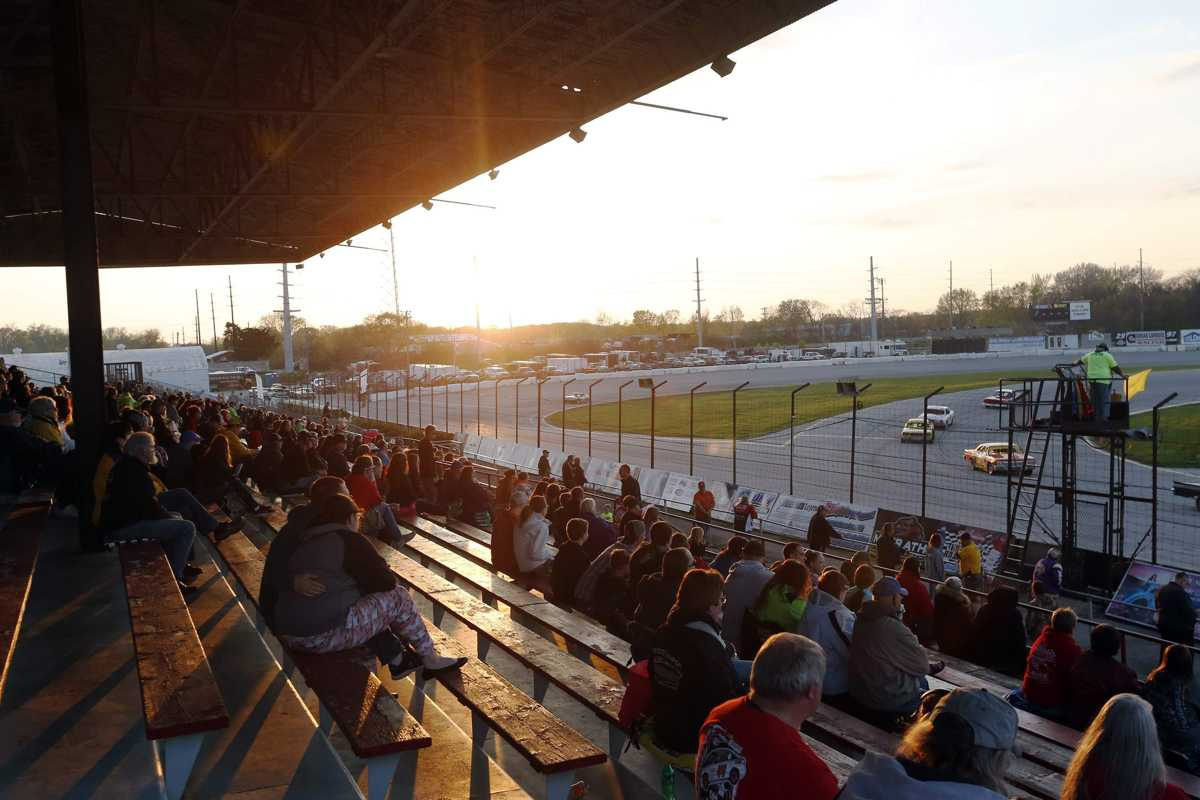 Hawkeye Downs honoring past auto racing stars tonight