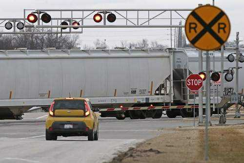 Can railroad tracks at 30th and Wismann Lane be repaired?